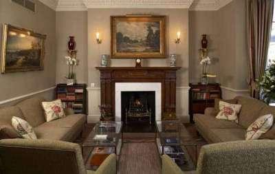 в интерьере гостиной в английском стиле стильный камин