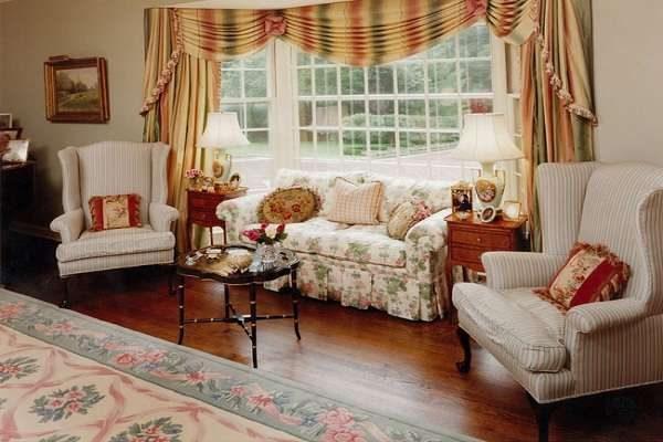 ковёр и шторы в интерьере гостиной в английском стиле