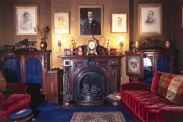 яркие цвета в гостиной в английском стиле
