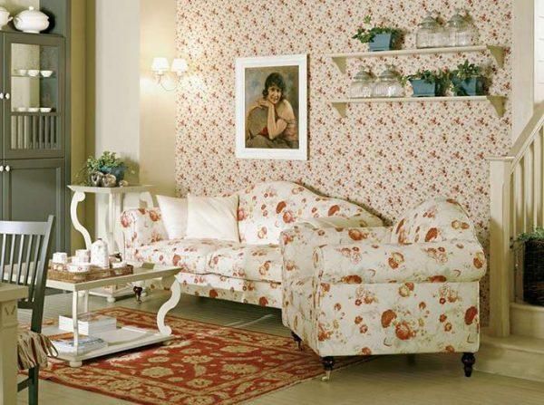 цветочный принт на обоях в интерьере гостиной в английском стиле