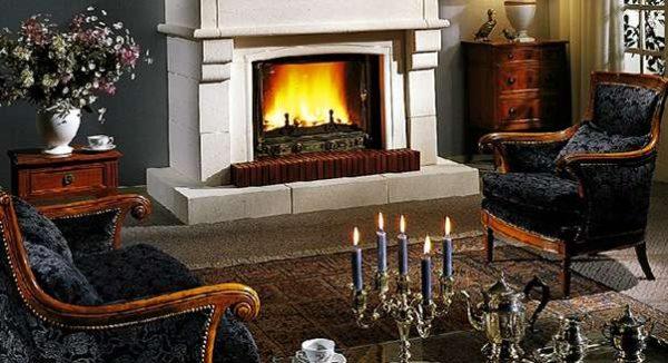 камин и свечи в интерьере гостиной в английском стиле