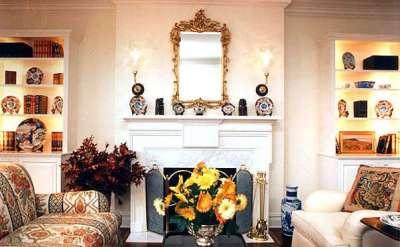 зеркало на стене в интерьере гостиной в английском стиле