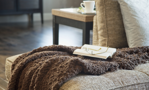 текстиль в гостиной деревянного дома