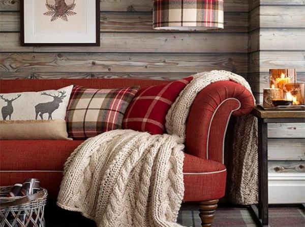 плед на диван в деревянном доме