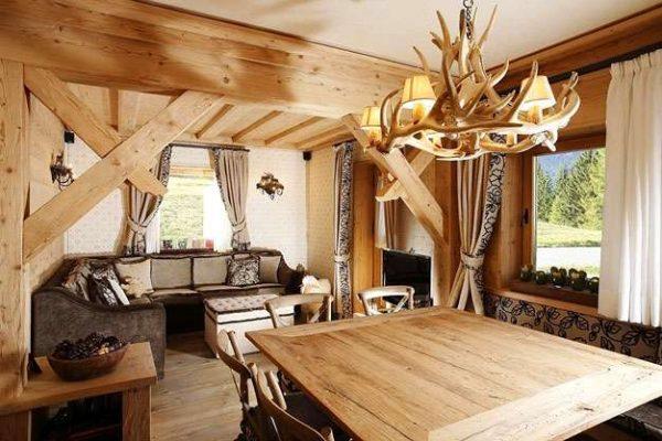 оригинальная люстра в интерьере гостиной в деревянном доме