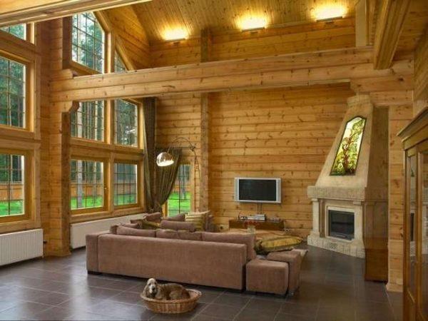 камин в интерьере гостиной в деревянном доме
