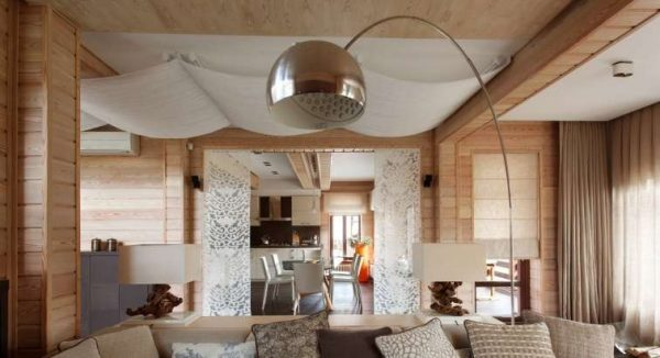 оригинальный торшер в интерьере гостиной в деревянном доме