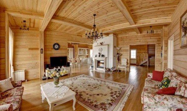 светлая мебель в интерьере гостиной в деревянном доме