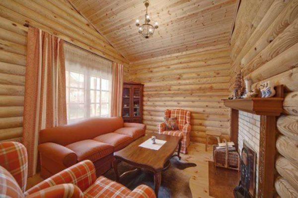 морковная отделка штор в интерьере гостиной в деревянном доме