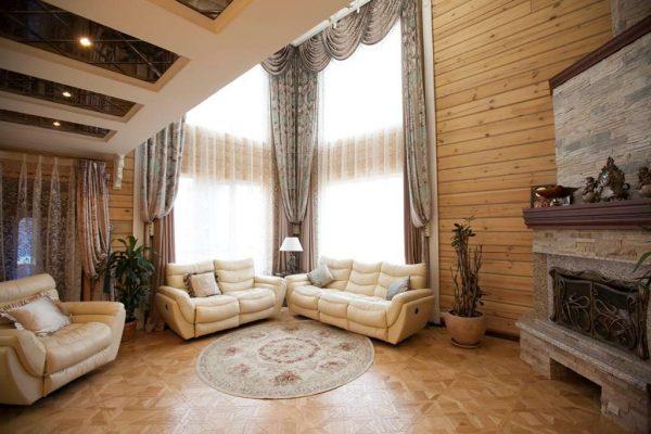 шторы в интерьере гостиной в деревянном доме
