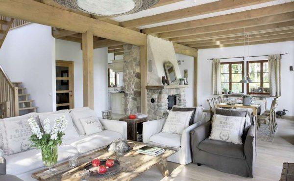 белые стены в интерьере гостиной в деревянном доме