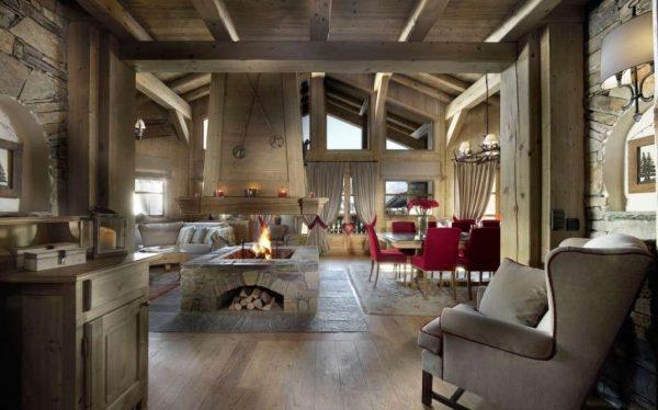 деревянные балки в интерьере гостиной в деревянном доме