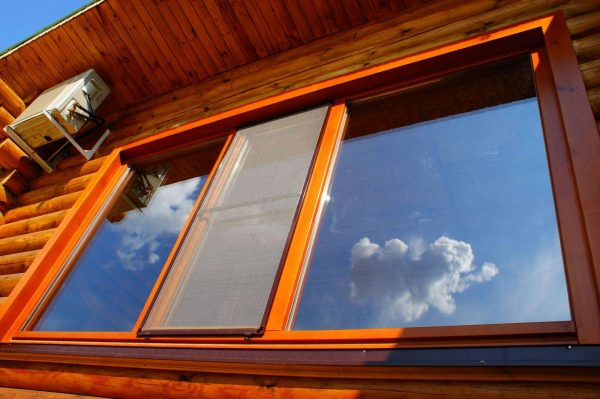 гостиная в деревянном доме с пластиковыми окнами