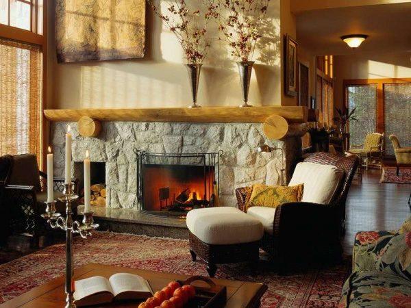 уютный камин в интерьере гостиной в стиле кантри