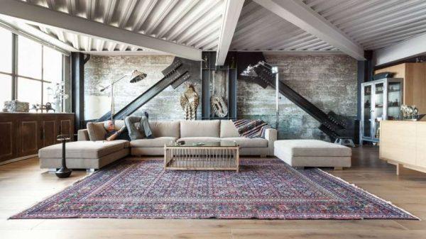 металлический потолок в интерьере гостиной в стиле лофт