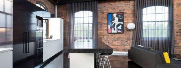 окна в интерьере гостиной в стиле лофт