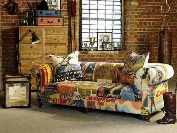 стильный диван в интерьере гостиной в стиле лофт