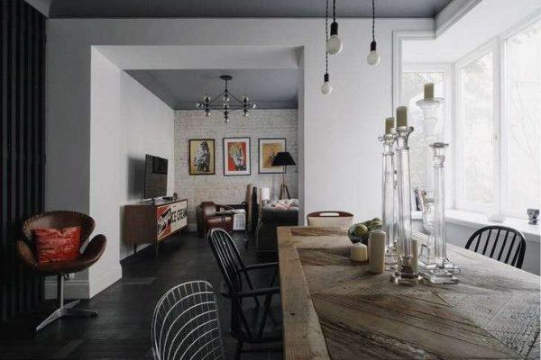 стол из натурального дерева в интерьере гостиной в стиле лофт