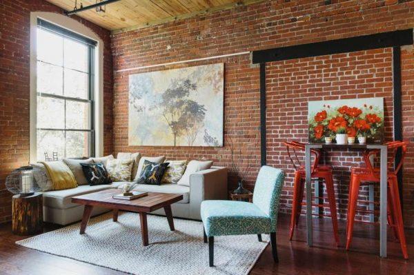 яркая мебель в интерьере гостиной в стиле лофт