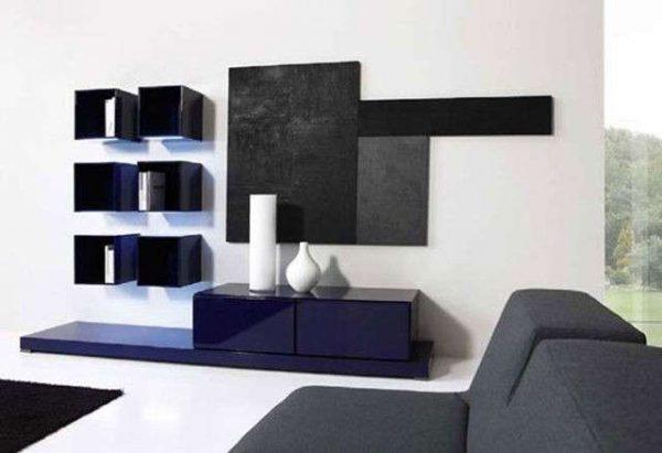 фиолетовая стенка в гостиной в стиле минимализм