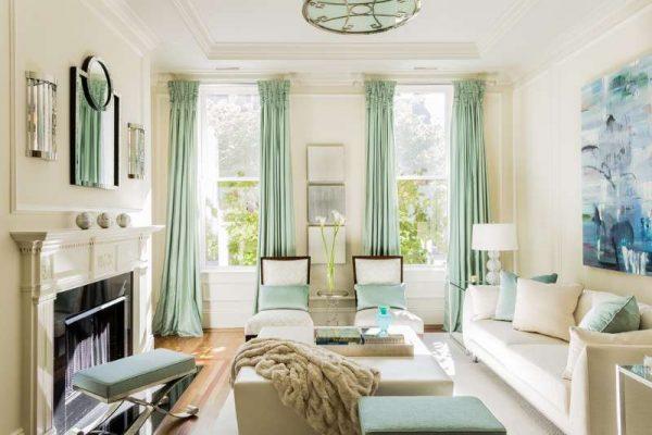 шторы мятного оттенка в интерьере светлой гостиной