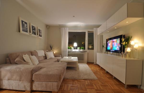 бежевый диван в интерьере светлой гостиной