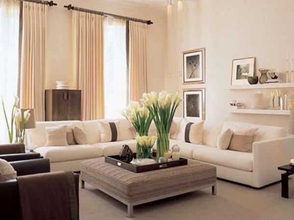 угловой диван в интерьере светлой гостиной