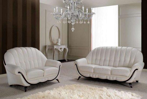 интерьер гостиной в светлых тонах с диванами белыми