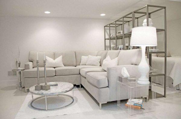 угловой диван и стеллаж с открытыми полками в гостиной