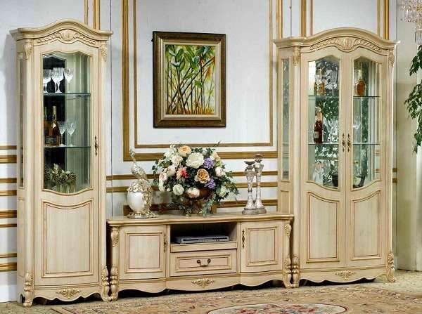 изящный деревянный шкаф в интерьере светлой гостиной