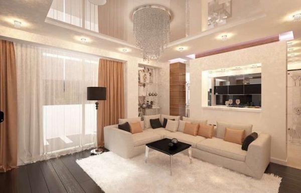 потолочная люстра из хрусталя в интерьере светлой гостиной