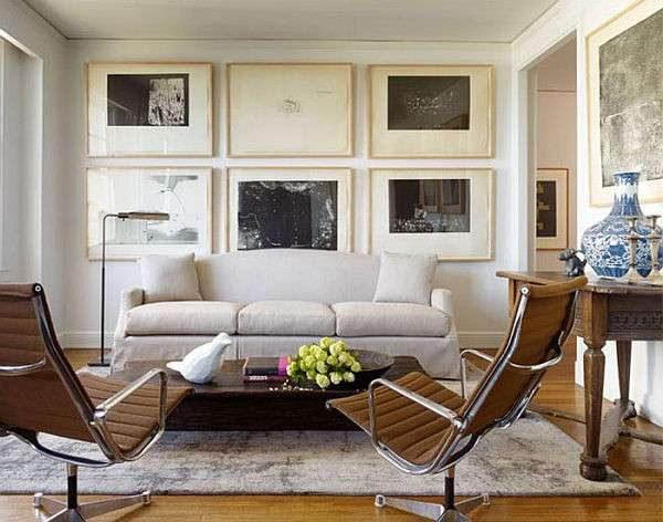 картины и мягкий диван белый в интерьере гостиной в японском стиле