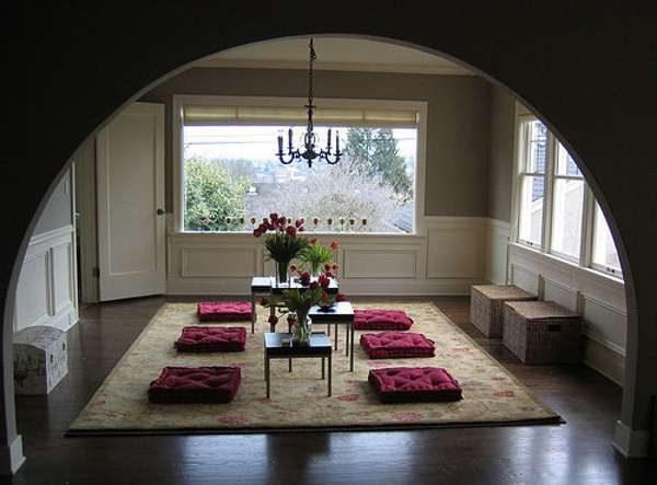 арка и подушечки на полу в интерьере гостиной в японском стиле