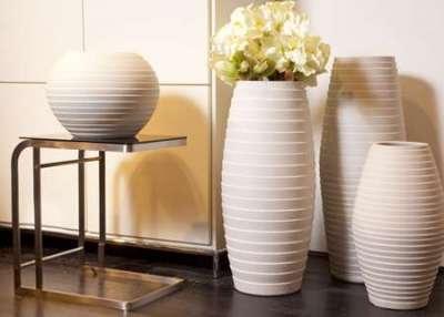 напольные вазы в интерьере гостиной частного дома