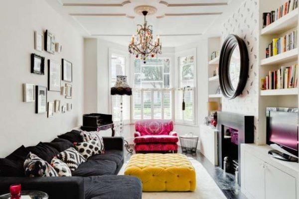в интерьере гостиной частного дома яркая мебель