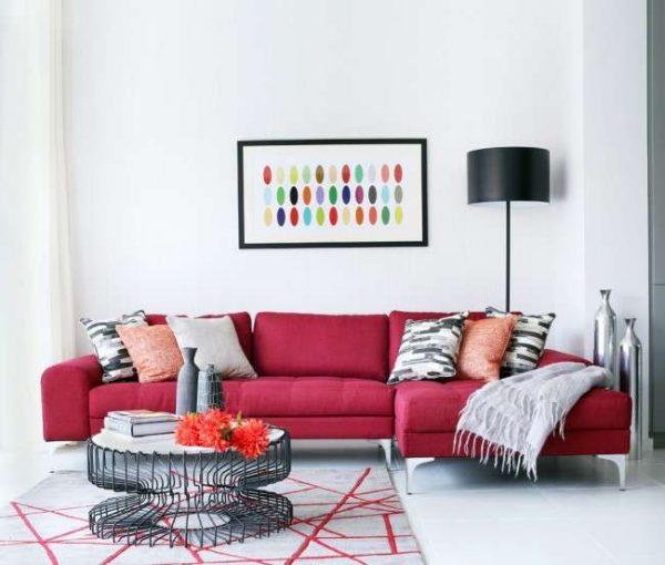 красный диван в интерьере гостиной частного дома