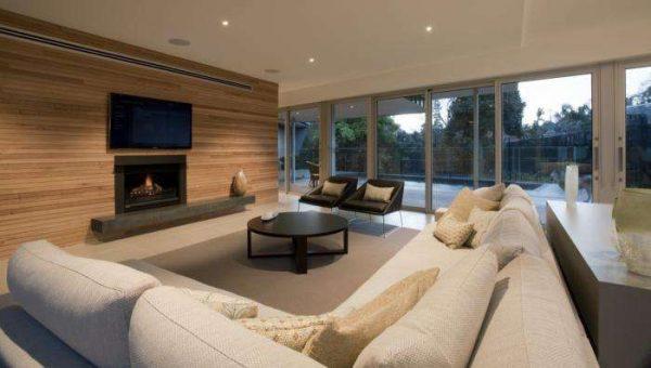 угловой бежевый диван в интерьере гостиной частного дома
