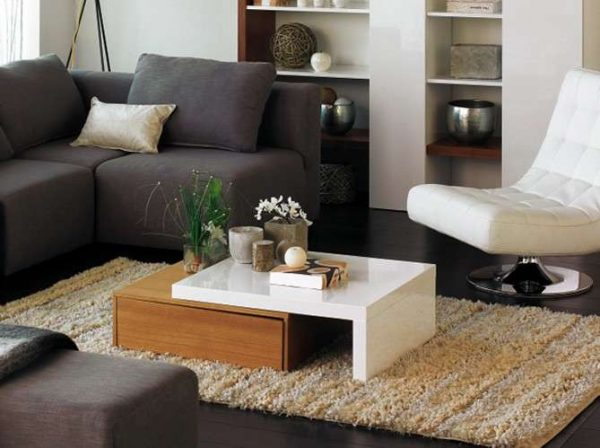 журнальный столик в интерьере гостиной в современном стиле