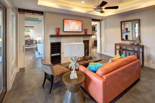 интерьер гостиной с розовым диваном