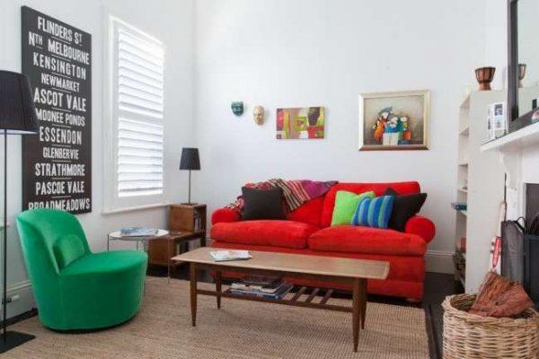 интерьер гостиной в современном стиле с яркой мебелью