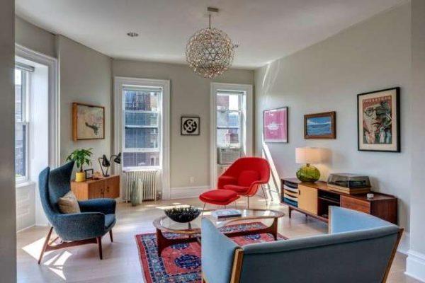 интерьер гостиной с голубым и красным креслом