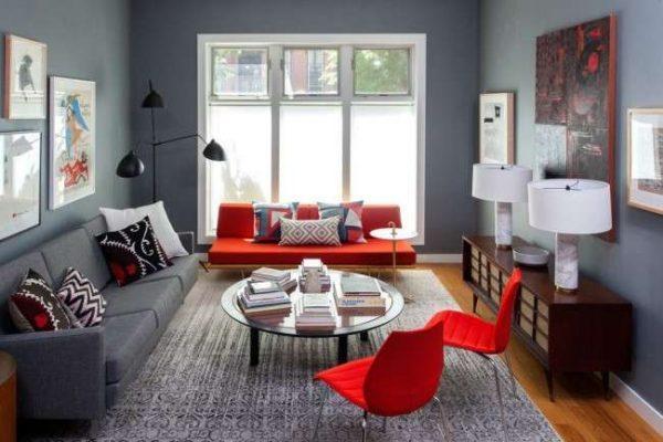 светлый интерьер гостиной с красными креслами