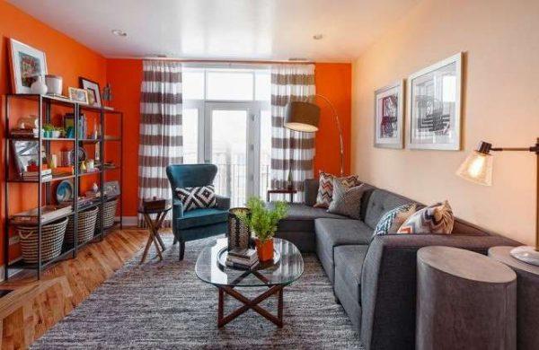 интерьер гостиной в современном стиле с оранжевой стеной