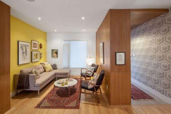 отделка стены деревянными панелями в интерьере гостиной 18 кв.м в хрущёвке