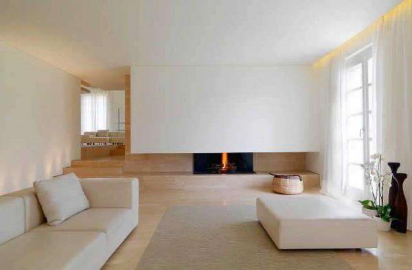 Минималистичный интерьер гостиной с камином