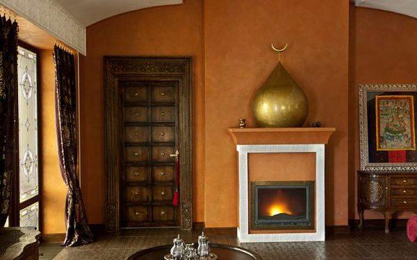 гостиная с камином в марокканском стиле