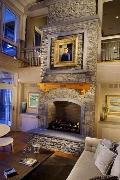рабочий дровянной камин в интерьере гостиной в городской квартире
