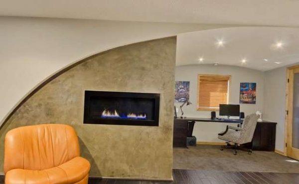 камин газовый в интерьере гостиной в городской квартире