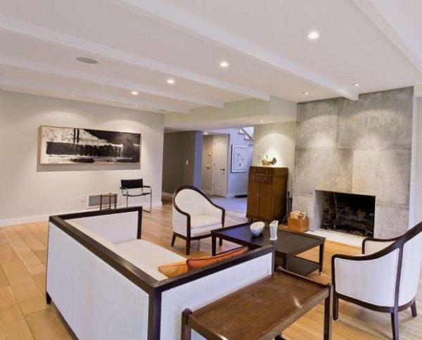 камин у зоны отдыха в интерьере гостиной в городской квартире