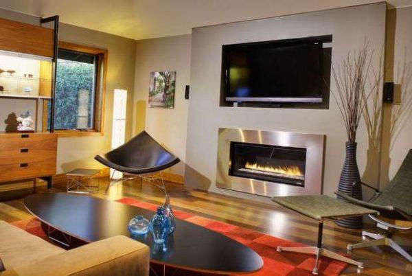 стильный современный камин в интерьере гостиной в городской квартире